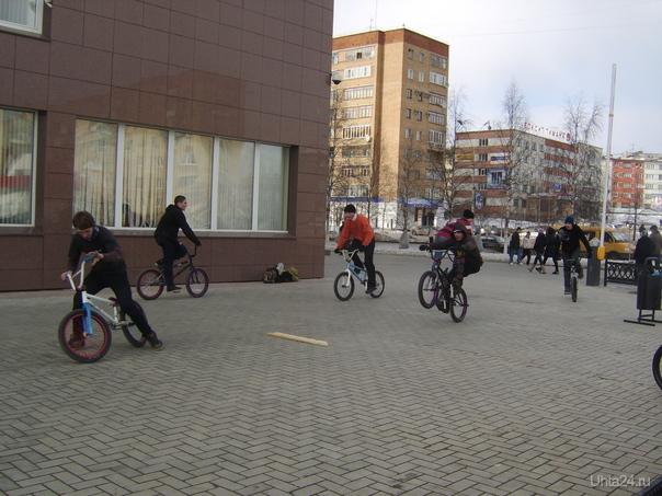 Досуг. У здания Газпрома. 5 апреля 2009 г. Улицы города Ухта