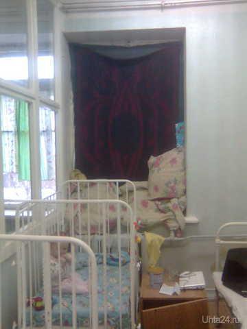 Стационар детской поликлиники. Окна утеплили как смогли.и всё равно ветер дул в палату. БОЛЬНИЦА ДЕТСКАЯ, МУ Ухта