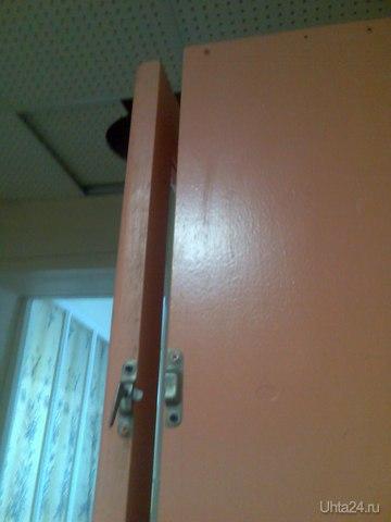 Замок, который в данном положении не закроет дверцу шкафа с пожарным рукавом. Плотники,подтвердите!.  Дневной стационар 2 поликлиники ПОЛИКЛИНИКА ГОРОДСКАЯ №2, МУЗ Ухта