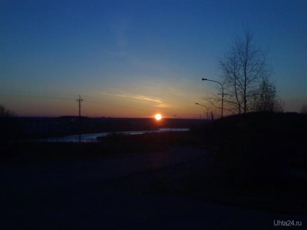 27 мая. 2часа 53 минуты. Рассвет поднимается над рекой и городом.  Ухта
