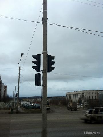 Светофор на перекрестке ул.Сенюкова - ул.Машиностроителей. Пока не работает. Если так дальше пойдет то скоро на выезде с дворов светофоры ставить будут.  Ухта