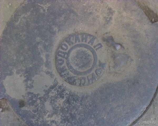Люк на Оплеснина, рядом с остановкой 11 маршрута в сторону Космонавтов. Читаем надпись! Курьезы Ухты Ухта