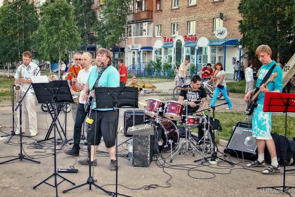 2011-06-25 Ухта, площадка за магазином «Юпитер». Концерт рок-группы. Саксофонисты зажигали особенно. Мероприятия Ухта