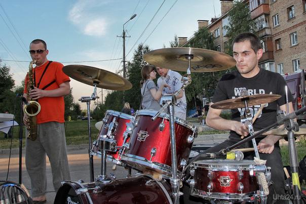 Описание: 2011-06-25 Ухта, площадка за магазином «Юпитер». Концерт рок-группы. Саксофонисты зажигали особенно. Мероприятия Ухта