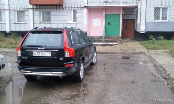 Паркует автомобиль поперек дворового проезда Нарушение ПДД Ухта