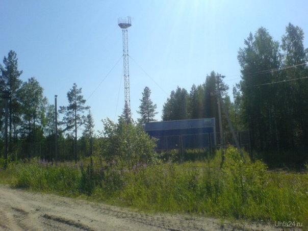 Я так понимаю, что это ретранслятор мобильной связи посреди леса, интересно, а они обитаемы, а то я как-то постеснялся зайти :). В наши дни их можно встретить в лесу чаще, чем грибы, зачем же столько много. Еще бы знать какому оператору они принадлежат. И вообще, мне кажется они вредят экологии и портят ландшафт. Разное Ухта