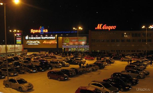 Ночь шопинга. на входе в ЯрмаRку народ клубился. На часах - почти полночь Мероприятия Ухта