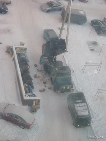 Вывоз мусора, во дворе дома 77 по Ленина, 25.12.2011. А в вашем дворе тоже так работает мусоровоз? Разное Ухта