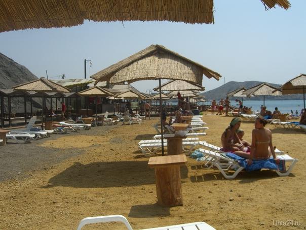 Платный пляж Судака, июль 2011. Под ногами бетонные плиты, присыпанные песочком  Ухта