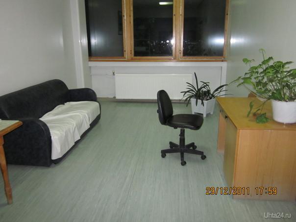 Отделение патологии - диванчик для отдыха, рядом стол с журналами  Ухта