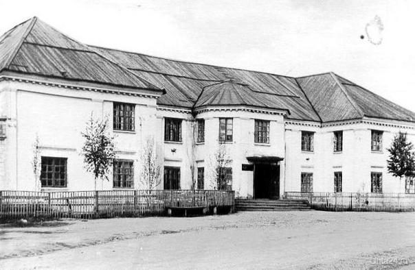 В этом здании в 1930-е г. было управление Ухтинско-Печорского лагеря  Ухта