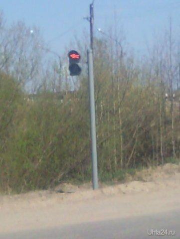 Именно так надо ставить стёкла в светофорах, как наставление или даже угроза пешеходам (мол, если перейдёшь на красный - это будет твой вид сверху). Перекрёсток у путепровода в Сосногорске. Разное Ухта