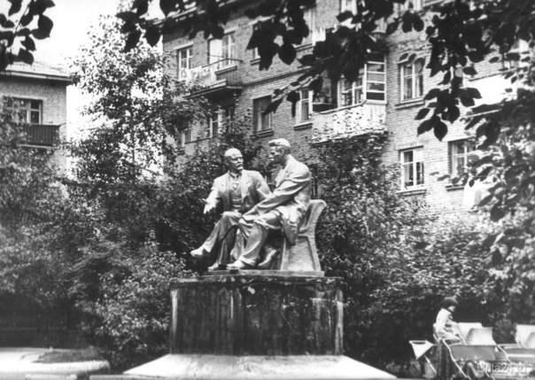Памятник Ленина и Горького на ул. Оплеснина  Ухта