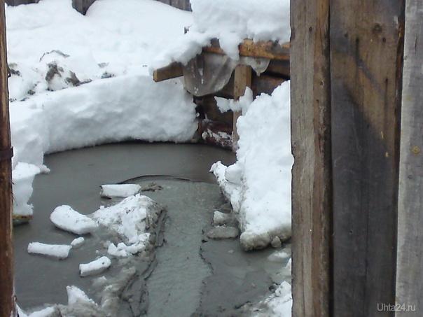 Мутные вонючие потоки из- под земли. Ярега февраль 2012 Разное Ухта