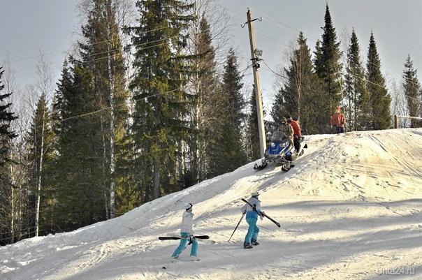 """сегодня будучи на """"Снегирях"""" наблюдал как лавируя между горнолыжниками, сноубордистами и ватрушечниками спускался снегоход. Может я что-то не понимаю но разве такое разрешается? Или если не дай Бог что случится опять хозяева отбрешутся? Это было в 12.20 Разное Ухта"""