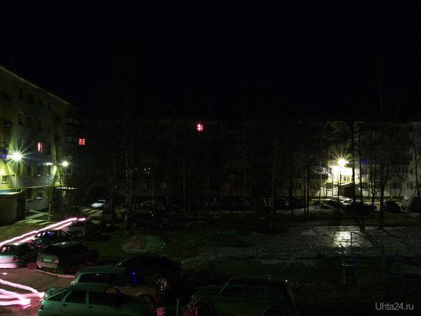 Всвязи с отсутствием штатива и, поэтому, невозможностью ночной съемки других улиц, тот же двор по Чибьюскому переулку ночью.  Ухта