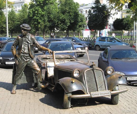 В Москве у входа в здание цирка на Цветном бульваре, на тротуаре стоит бронзовый кабриолет.Дверца кабриолета раскрыта, и рядом с ней, одной ногой опираясь на подножку, стоит Юрий Никулин.Общий вес памятника около 3,5 тонн. Кабриолет отливали в Минске, а более сложную фигуру Юрия Никулина изготовили в Италии.   Ухта