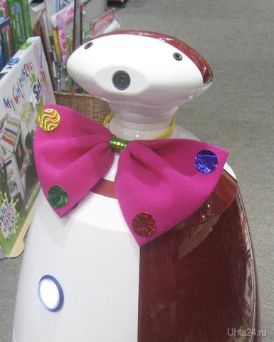 """В нашем торговом центре во время ежегодной акции """"Школьный базар"""" работает робот-консультант:) ПАССИМ ПЛЮС, МАГАЗИН Ухта"""