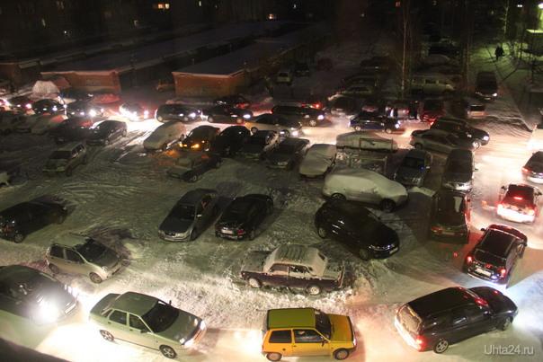 Пробка во дворе д.4 по Н.Нефтяников. После салюта  у СМН Улицы города Ухта
