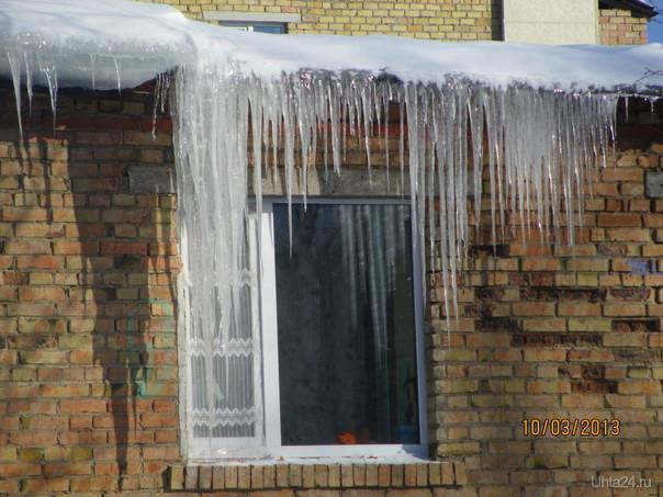 Льдины с крыши... Улицы города Ухта