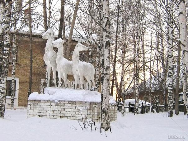 """Скульптура """"Олени"""" на ул. Пушкина, 2010 г.  Ухта"""