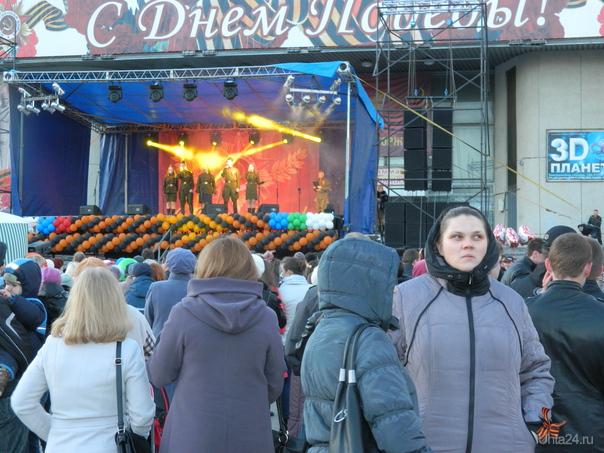 только без обид - просто эта девушка простояла весь концерт ТАК, спиной к сцене  Ухта