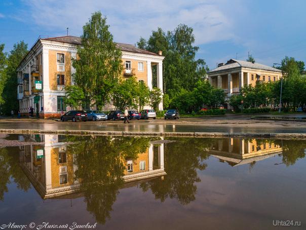 Если изменить ракурс, то в той же большой луже у парка отражается и улица Косолапкина.  Ухта
