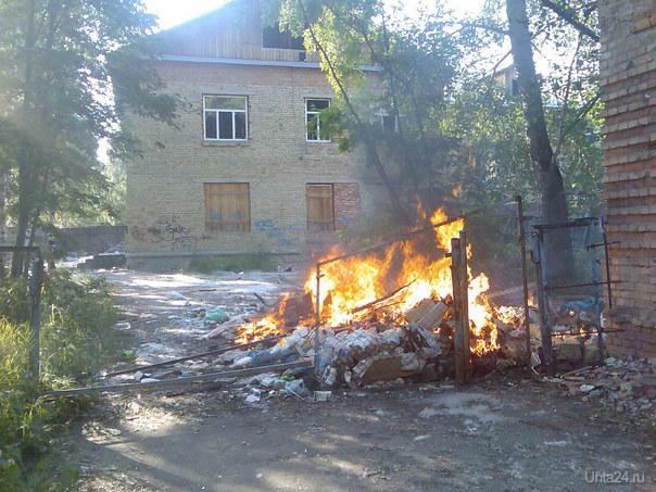 4 июля 2013г .Пожар на заброшенной территории детского сада №17. Горела куча мусора...  Ухта