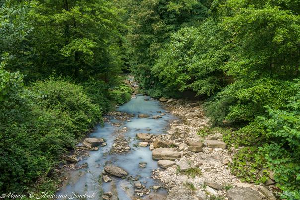 Река Агура (молочная река), Агурское ущелье. Цвет обусловлен впадением в чистую горную реку мацестинских сероводородных лечебных источников (Сочинский национальный парк).  Ухта
