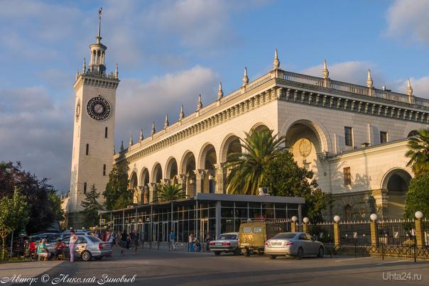 Один из самых любимых моих вокзалов -  Сочинский ж/д вокзал с пальмами и магнолиями. Несомненно, вокзал является настоящим произведением искусства, в 1975 г. внесен в Красную книгу ЮНЕСКО как самый красивый вокзал Европы. Отличительной чертой здания является наличие помимо обязательных помещений, трех открытых внутренних двориков с фонтанами, скульптурами, зелеными насаждениями. Высота башни - 55 м, а циферблат часов помимо цифр украшают созвездия и знаки зодиака. Эх, было бы в Ухте что-то подобное, пусть и меньше по размерам, а не дурацкая типовая коробка.  Ухта