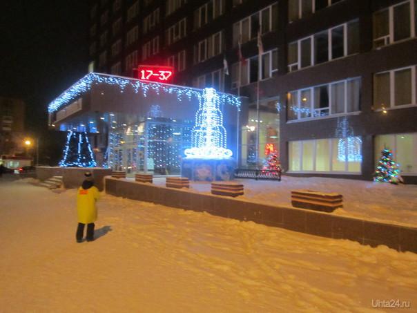 Елка возле Газпрома. Улицы города Ухта