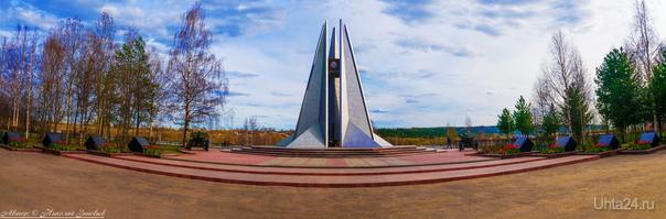 Вечный Огонь с гаубицами (весенняя панорама).  Ухта