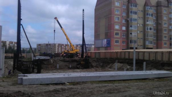 Стройка 14 этажного дома в непосредственной близости от жилого дома.  Ухта