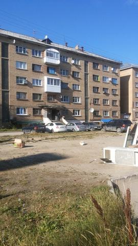 Детска площадка не видна.мусорку разносит ветром по всему двору.ПОЗОР Администрации...  Ухта