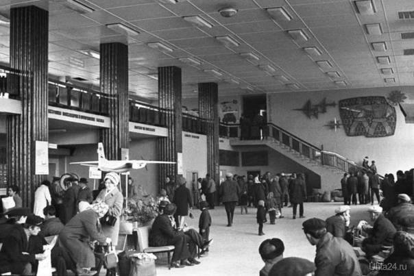 Аэропорт Ухты. 1972 г. Количество людей в зале ожидания подтверждает, что полеты на самолете в советские время были доступны практически каждому жителю СССР. Фото из архива Валерия Додина, автор фото неизвестен.  Ухта