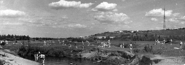 Пляж в районе современной Набережной нефтяников на старом русле реки Чибью. 1960-е гг. Автор фото: Василий Кузьмич Тимофеев.  Ухта