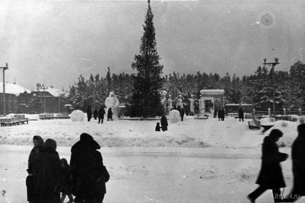 Раньше новогоднюю ёлку и фигуры устанавливали и на Октябрьской площади прямо перед фонтаном (1 января 1968 г). Автор: Агзам Гиниятуллович Хамидуллин.  Ухта