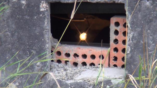 """В подвале нашего дома по пр. Ленина, д.46, постоянно горит свет, и днем и ночью. Неоднократно собственники дома обращались в ЖРЭУ-10, в Единую диспетчерскую, однако, результатов нет. Соседка на днях позвонила в ЖРЭУ-10 по поводу горящего света в подвале, в 16 часов. Мастер ответила, что в подвале работают работники Водоканала, занимаются сваркой. Правда, при проверке оказалось, что дверь в подвал закрыта, никакого шума из подвала не доносится, и машины Водоканала во дворе тоже не было. Смеялась до слез, это же надо так дурить собственников работникам ЖЭУ, чтобы не подниматься со стула, и сходить выключить свет. Зачем? Собственники все равно оплатят расходы на ОДН. Только вчера встретила мастера ЖРЭУ-10, сказала, что горит свет в подвале, она ответила, что рабочий день у нее уже закончился. Свет горит уже сутки. Шла с работы, смотрю, подвальное окно изнутри закрыли кусочком фанеры, чтобы с улицы не было видно, как горит свет. Может, работники ЖРЭУ сдают в аренду подвал, поэтому там круглосуточно горит свет? 2 года назад там жили бомжи, еле выгнали их оттуда, благодаря собственникам, а не работникам ЖРЭУ-10. Чувствую, следующая, 29 серия, посвященная """"Труженикам..."""", будет называться """"Гори, гори, моя звезда"""".  Ухта"""