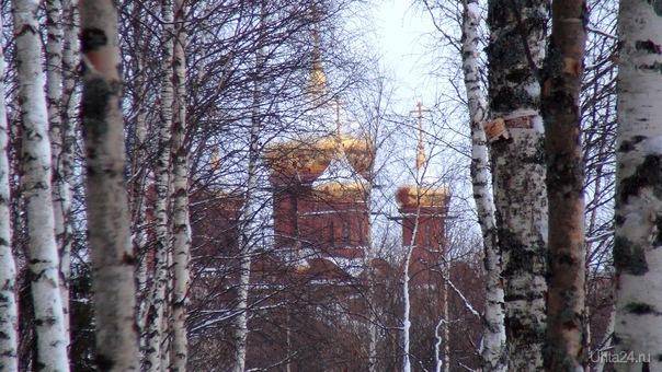 Золотые купола Храма Покрова Пресвятой Богородицы на улице Зерюнова.  Ухта