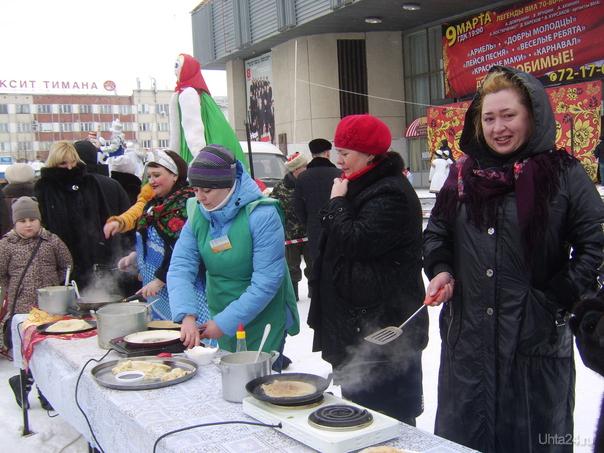 Участники конкурса по выпеканию блинов.  Ухта