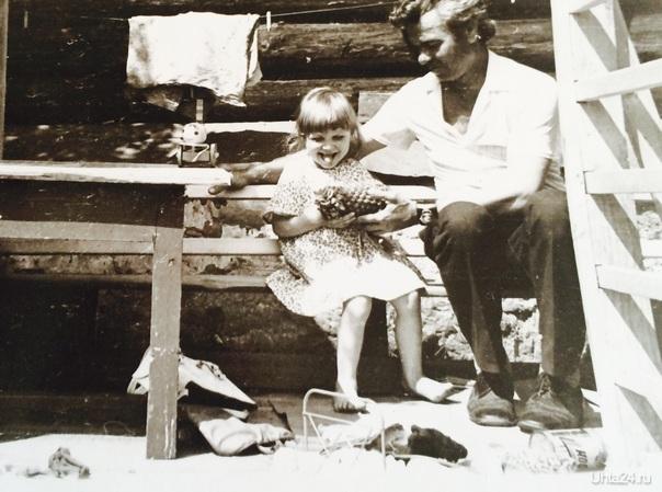 Настя. 1982 год, Пермская область, поселок СУксун( с родным братом бабушки дедом Сережей царство небесное...). Первый раз вижу вживую ананас:₽  Ухта