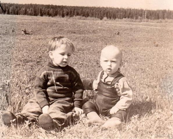 я (справа) со старшим братом 1963год когда деревья были большими  Ухта