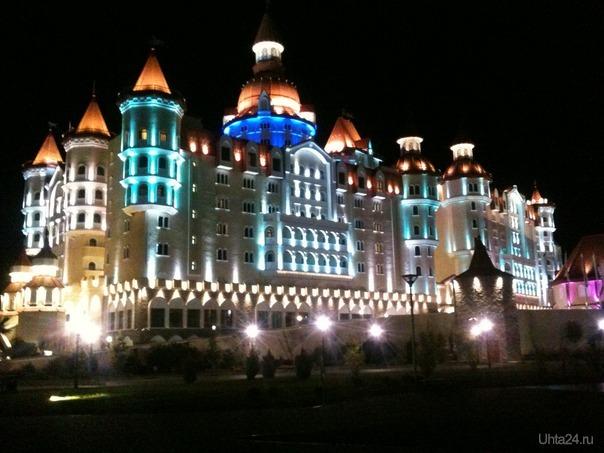 Отель Богатырь,с подсветкой.  Ухта