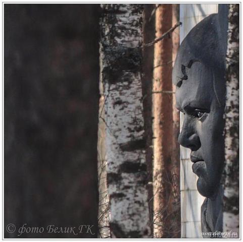 в Детском парке (памятный знак воспитанникам Ухтинской школы №1. погибшим на фронтах Великой Отечественной войны 1941-1945г.г.)  Ухта