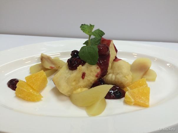 Жареный сыр Роклет с яблоками су вид и ягодным соусом БУФЕТТ Ухта