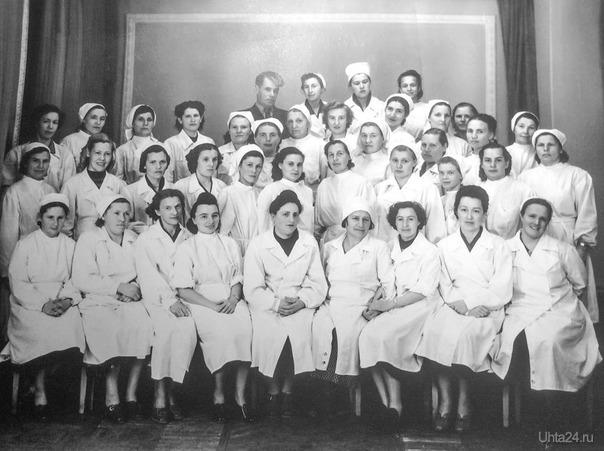 Коллектив детской поликлиники, первый ряд слева на право:первая Епифанова В.П.,шестая Зарх М.И. главный врач детской полиелиники, ее основатель История Ухта