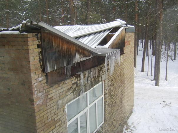 Крыша над входом в стационар больницы пгт. Шудаяг,городской округ Ухта,19 апреля 2017г. Проблемы Ухты Ухта