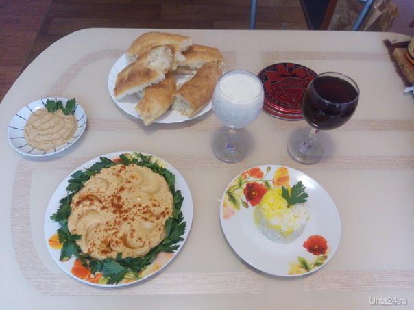 Бабагануш (остатки ;), хуммус, рис с шафраном, компот и дуг.  Ухта