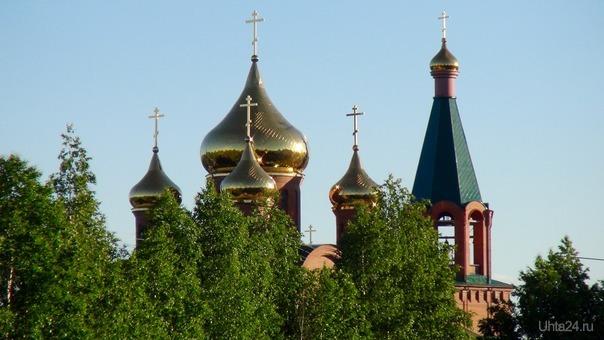 В отблесках заката светят золотые купола. Разное Ухта