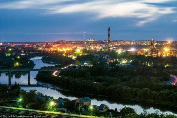 Таинственная синева вечера плавно опускается на город. Улицы города Ухта